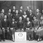 Josef Neumann sedící druhý zprava asi snímek ze školy.