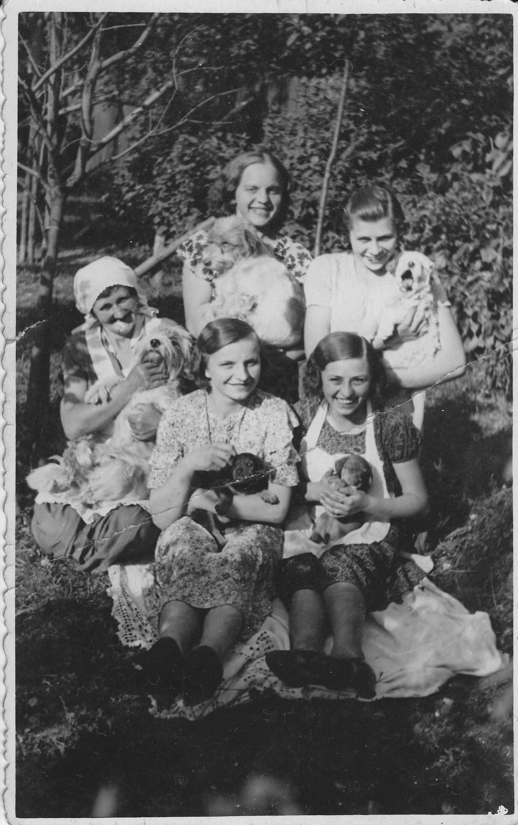 První zprava sedí Marie, rozená Rákosníková.