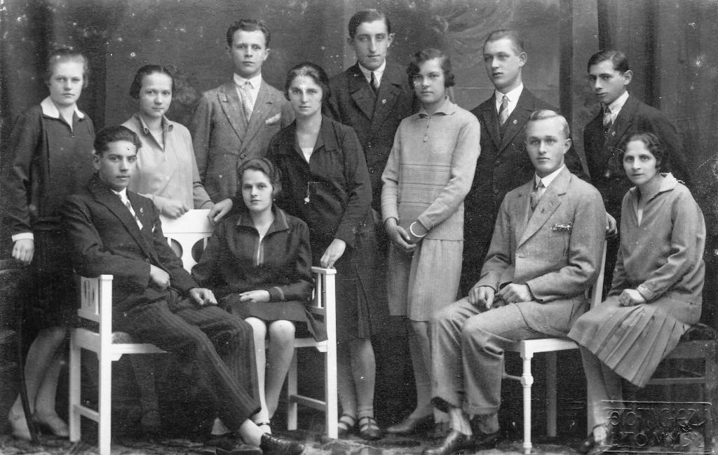 Josef první zprava, Antonie stojí uprostřed snímku v černých šatech,Adolf sedí na lavičce, 14.10.1928.
