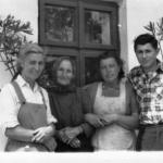 První zleva je Marie se synem Adou.